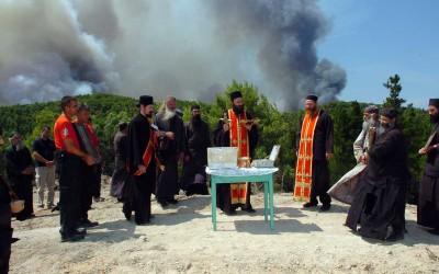 Угашен пожар – киша пала након литургије и молебана
