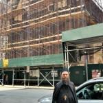 Игуман Методије у испред Цркве Светог Саве у Њујорку
